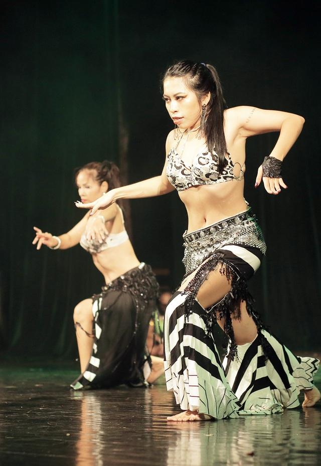 Ngắm đường cong quyến rũ của các vũ công bellydance - 10