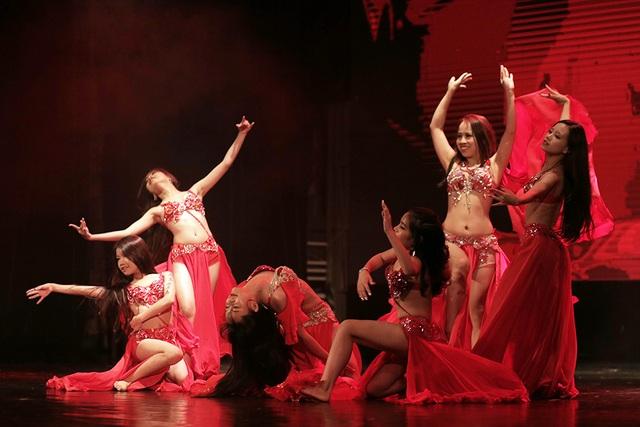 Ngắm đường cong quyến rũ của các vũ công bellydance - 11