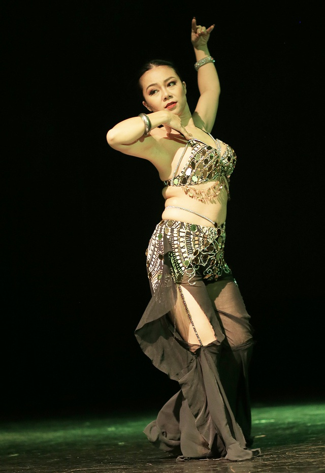 Ngắm đường cong quyến rũ của các vũ công bellydance - 1