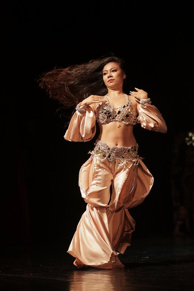 Ngắm đường cong quyến rũ của các vũ công bellydance - 3