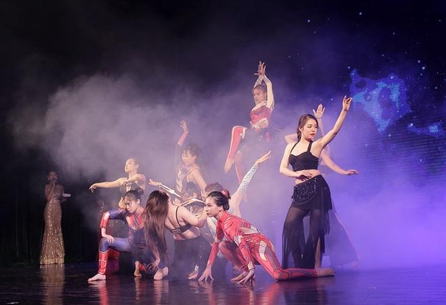 Ngắm đường cong quyến rũ của các vũ công bellydance - 6