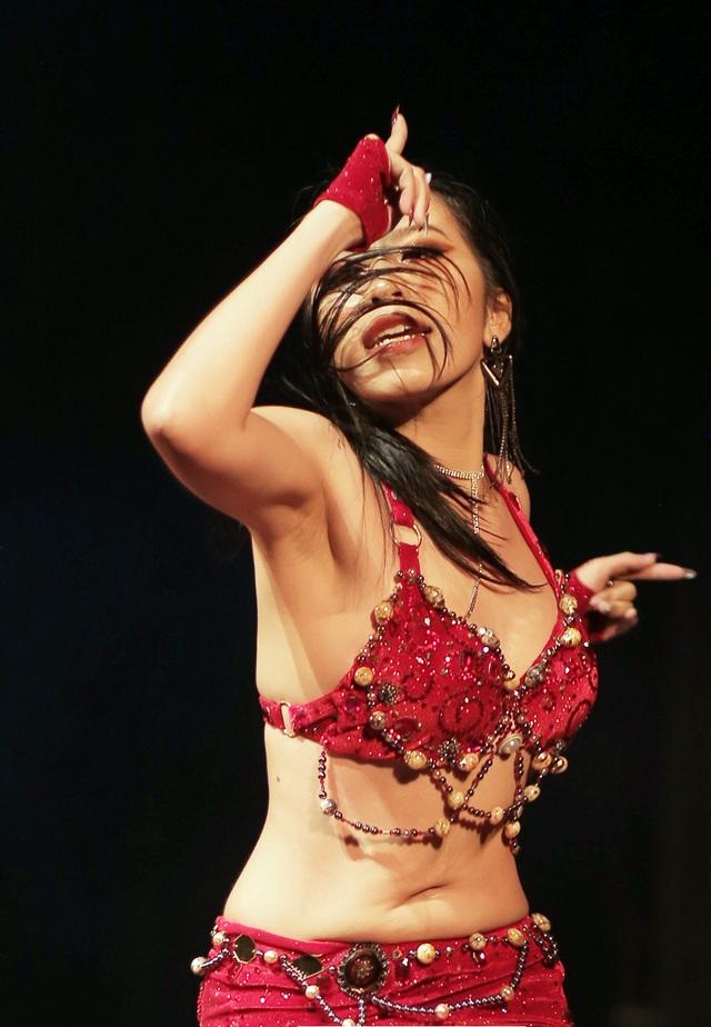 Ngắm đường cong quyến rũ của các vũ công bellydance - 9