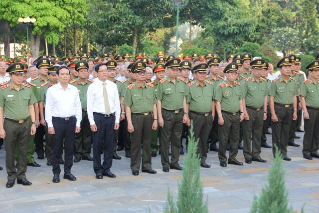 Bộ trưởng Công an viếng nghĩa trang liệt sĩ tại tỉnh Tây Ninh - 1