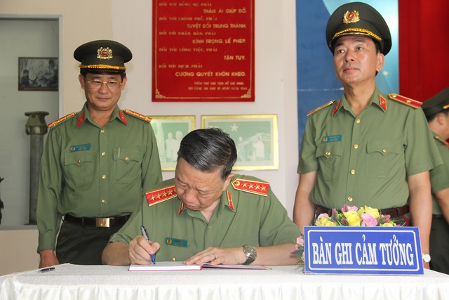 Bộ trưởng Công an viếng nghĩa trang liệt sĩ tại tỉnh Tây Ninh - 3