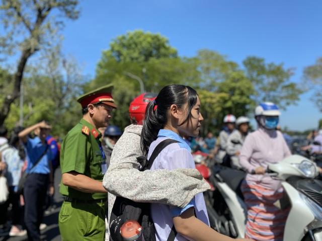 """Thi lớp 10 tại Thừa Thiên Huế: Đề Ngoại ngữ ít đánh đố, dễ """"ăn"""" điểm - 3"""