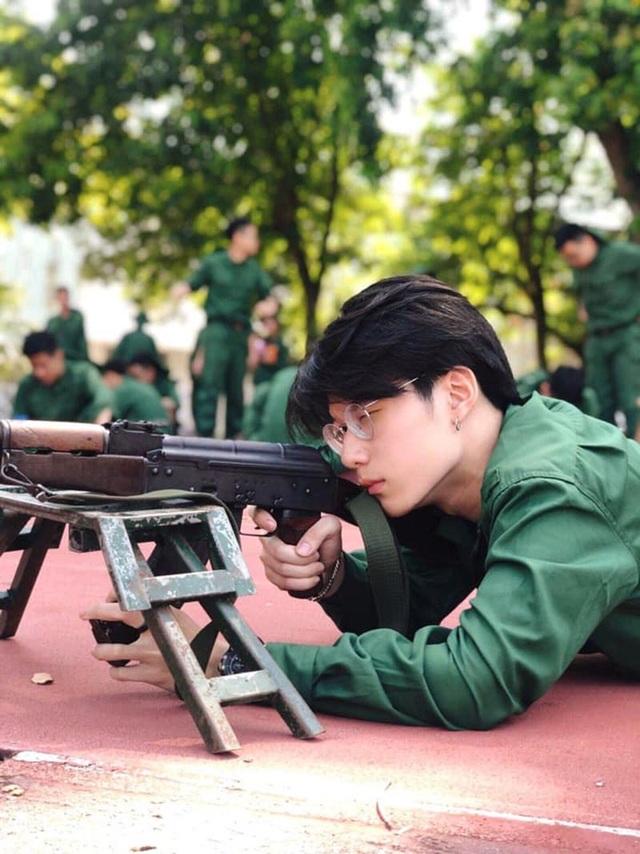 Nam sinh Kinh tế Quốc dân gây chú ý trong ảnh mặc đồ quân sự - 4