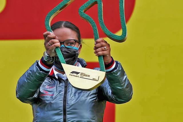 Người phụ nữ da đen đầu tiên lên podium mừng chiến thắng cùng nhà vô địch - 2