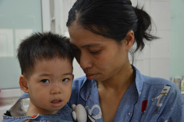 Nghẹn lòng cảnh mẹ đơn thân tật nguyền khánh kiệt vì chăm con viêm não - 2