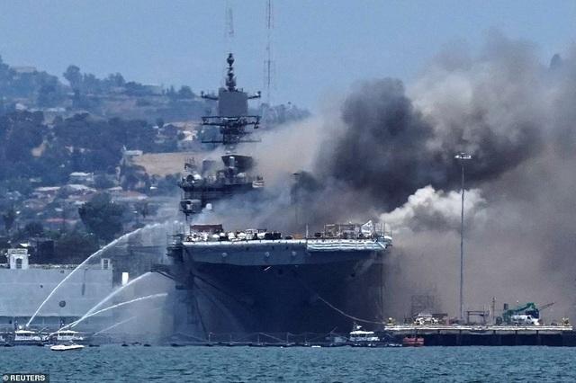 Chiến hạm tỷ USD Mỹ cháy biến dạng sau hơn 4 ngày hỏa hoạn - 1