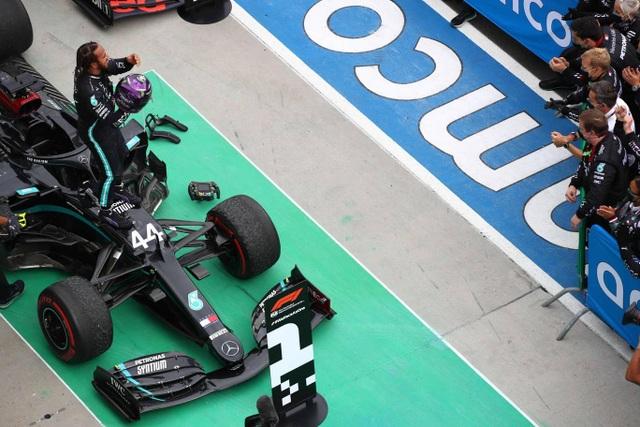 Lewis Hamilton cân bằng kỷ lục với huyền thoại Michael Schumacher - 8