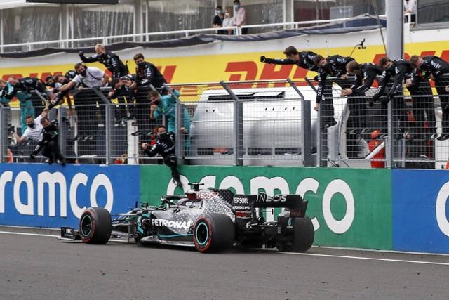 Lewis Hamilton cân bằng kỷ lục với huyền thoại Michael Schumacher - 7