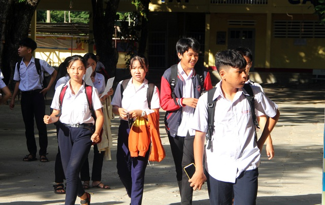 Phú Yên: Đề Toán thi vào lớp 10 khó, thí sinh buồn bã rời phòng thi - 1
