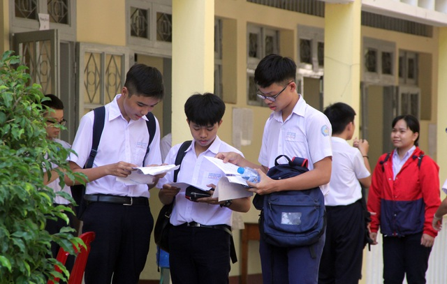 Phú Yên: Đề Toán thi vào lớp 10 khó, thí sinh buồn bã rời phòng thi - 2