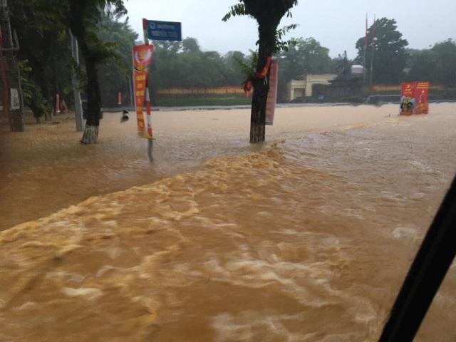 Hình ảnh lũ lụt hãi hùng, ô tô trôi bồng bềnh ở Hà Giang - 1