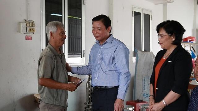 Lãnh đạo tỉnh Long An thăm, tặng quà người có công với cách mạng - 11
