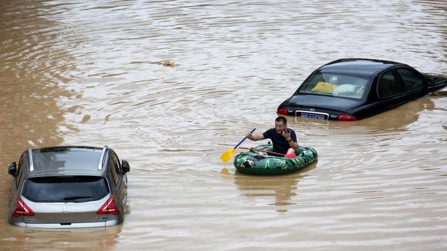 Những con số về đợt mưa lũ hiếm gặp tại Trung Quốc - 1