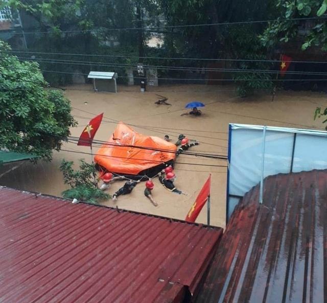 Mưa lớn nước ngập ngang người, TP Hà Giang thiệt hại nặng nề - 4