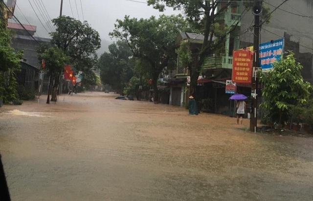 Mưa lớn nước ngập ngang người, TP Hà Giang thiệt hại nặng nề - 1