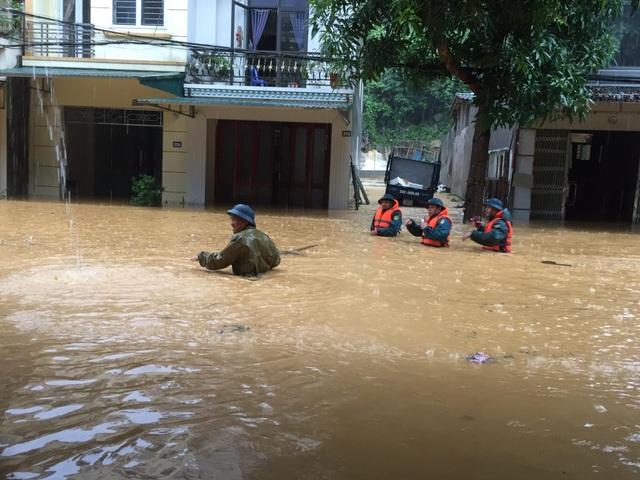 Hình ảnh lũ lụt hãi hùng, ô tô trôi bồng bềnh ở Hà Giang - 4