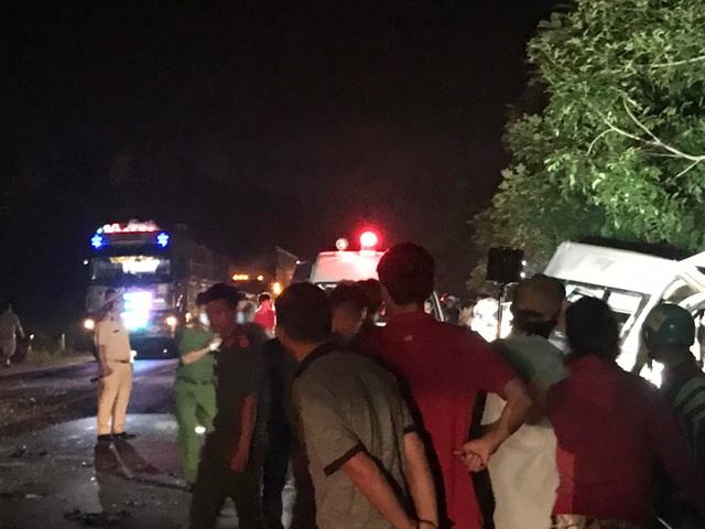 """Hiện trường vụ xe khách """"đấu đầu"""" xe tải khiến 8 người chết ở Bình Thuận - 11"""