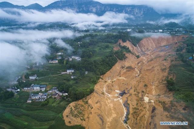 Lở đất ập xuống chặn đứng sông, Trung Quốc cấp tập di tản 8.000 dân - 1