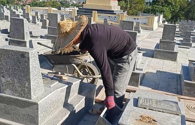 Hà Tĩnh: Đội nắng nóng khoác áo mới cho các phần mộ liệt sỹ - 1