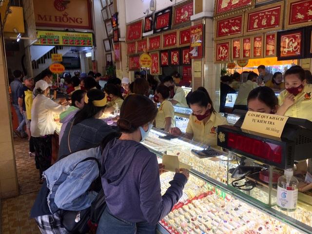 TPHCM: Giá vàng lên đỉnh, người dân cầm cả cục tiền trăm triệu đi mua vàng - 1