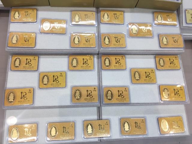 TPHCM: Giá vàng lên đỉnh, người dân cầm cả cục tiền trăm triệu đi mua vàng - 8