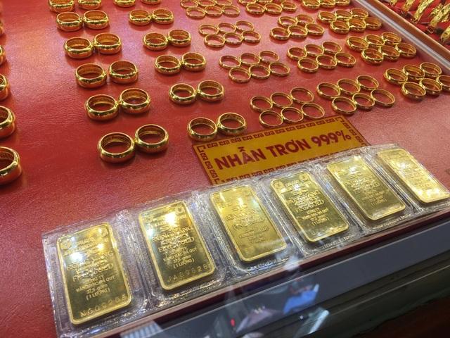 TPHCM: Giá vàng lên đỉnh, người dân cầm cả cục tiền trăm triệu đi mua vàng - 4