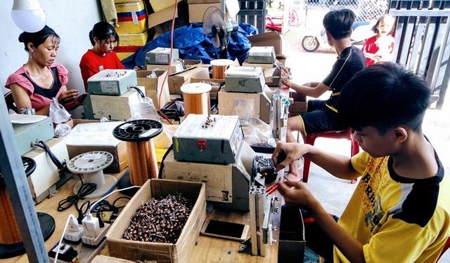 Mô hình gia công linh kiện điện tử giúp nhiều phụ nữ nông thôn thoát nghèo - 1