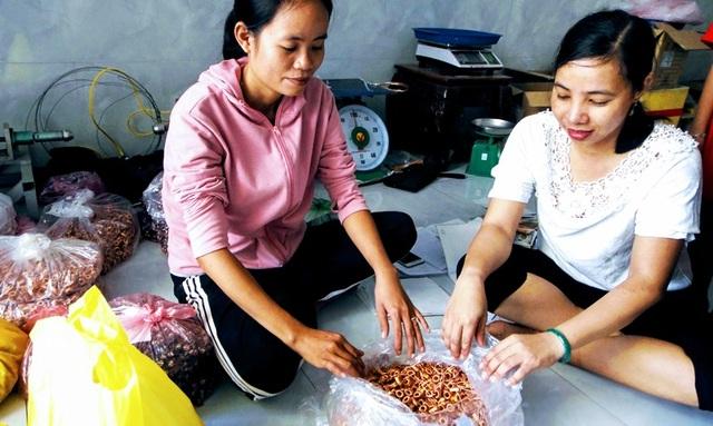Mô hình gia công linh kiện điện tử giúp nhiều phụ nữ nông thôn thoát nghèo - 4