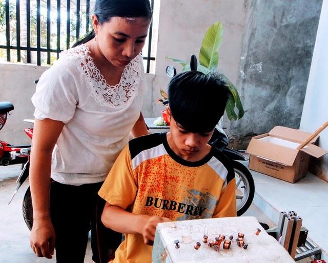 Mô hình gia công linh kiện điện tử giúp nhiều phụ nữ nông thôn thoát nghèo - 2