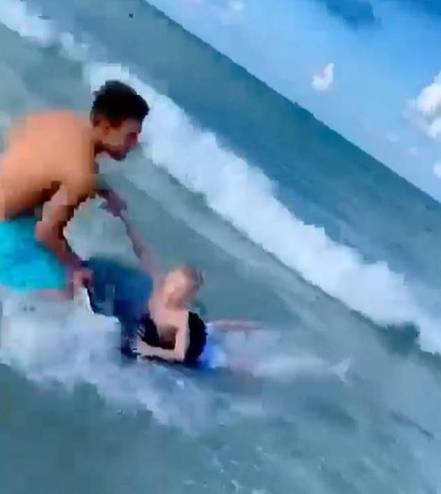 Bất ngờ bị cá mập tấn công, bé trai được cứu thoát trong gang tấc - 1