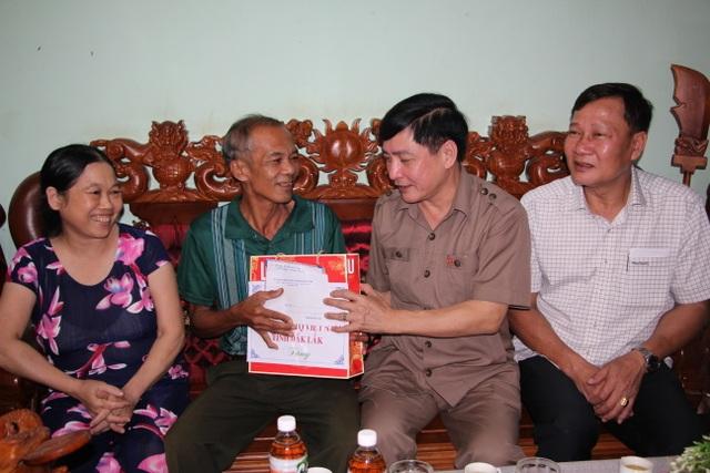 Bí thư Tỉnh ủy Đắk Lắk thăm, tặng quà cho người có công với cách mạng - 2