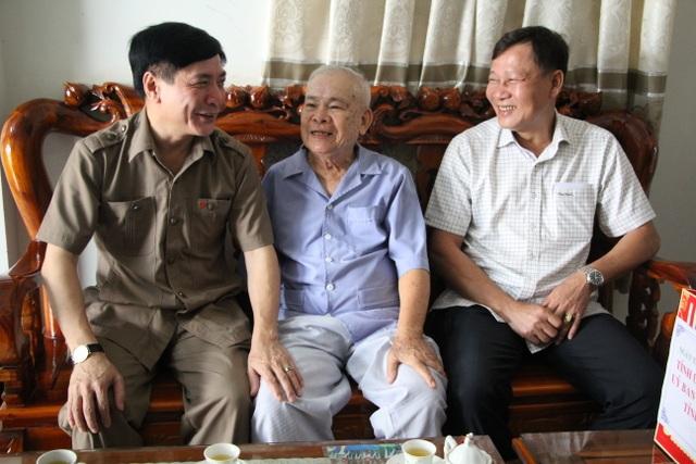 Bí thư Tỉnh ủy Đắk Lắk thăm, tặng quà cho người có công với cách mạng - 3