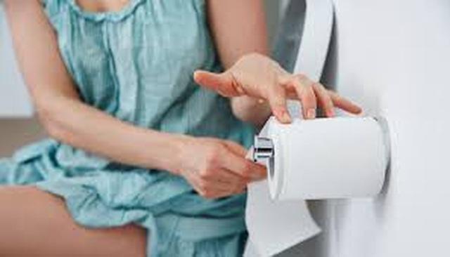 Bác sĩ hướng dẫn 4 cách giảm tình trạng són tiểu 30% chị em phụ nữ gặp phải - 1