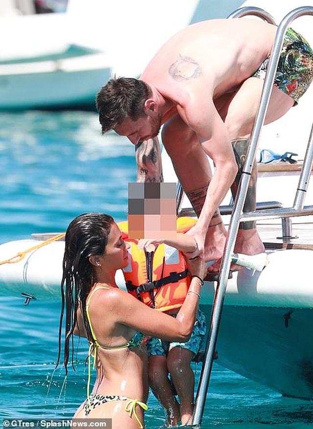 Vợ chồng Lionel Messi tình tứ trên du thuyền - 4