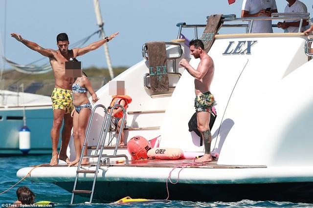 Vợ chồng Lionel Messi tình tứ trên du thuyền - 10