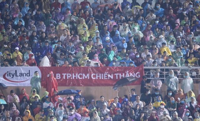 Khán giả ngồi chật sân Thống Nhất xem Công Phượng đối đầu Quang Hải - 7