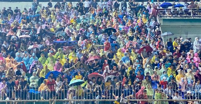 Khán giả ngồi chật sân Thống Nhất xem Công Phượng đối đầu Quang Hải - 6