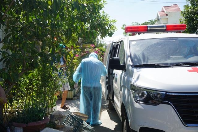 Đà Nẵng: Đưa hai người nhà bệnh nhân nghi mắc Covid-19 đi cách ly - 1