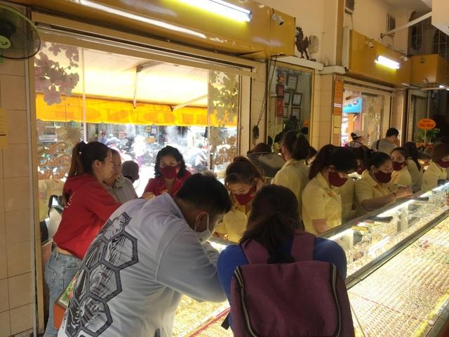 Chuyên gia kinh tế: Giá vàng tăng nóng, cẩn thận bỏng tay - 1