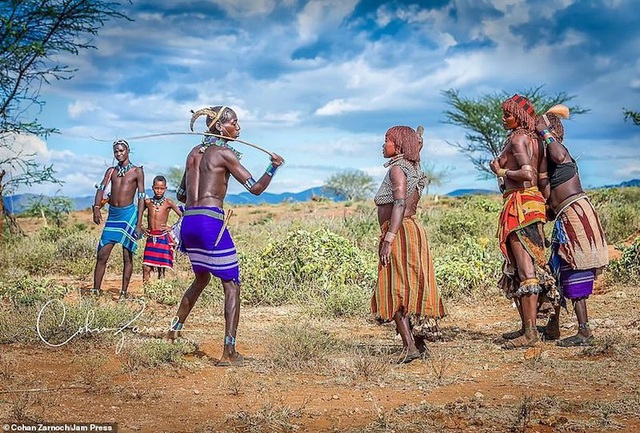 Những bức ảnh đáng kinh ngạc về các bộ tộc vùng sâu ở châu Phi - 2