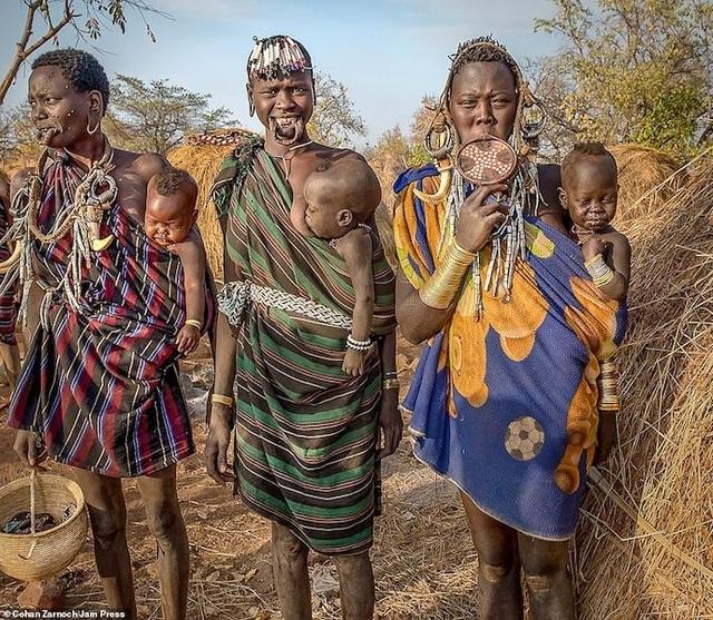 Những bức ảnh đáng kinh ngạc về các bộ tộc vùng sâu ở châu Phi - 7