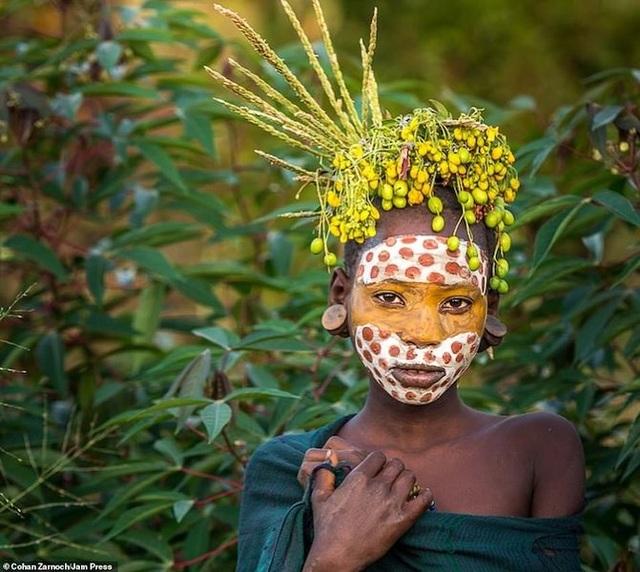 Những bức ảnh đáng kinh ngạc về các bộ tộc vùng sâu ở châu Phi - 8