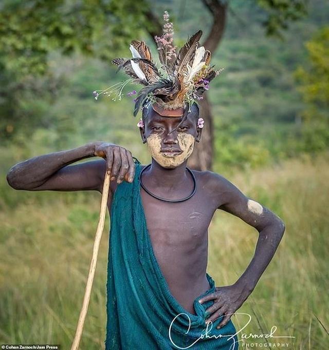 Những bức ảnh đáng kinh ngạc về các bộ tộc vùng sâu ở châu Phi - 10