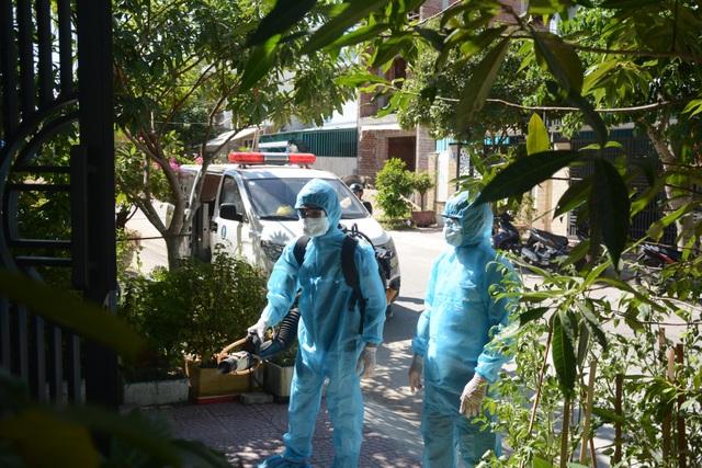 Đà Nẵng: Đưa hai người nhà bệnh nhân nghi mắc Covid-19 đi cách ly - 2