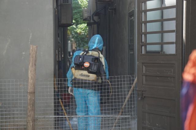 Đà Nẵng: Đưa hai người nhà bệnh nhân nghi mắc Covid-19 đi cách ly - 3