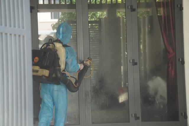 Đà Nẵng: Đưa hai người nhà bệnh nhân nghi mắc Covid-19 đi cách ly - 4