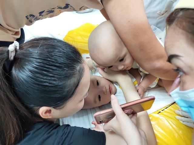 TPHCM: Thưởng 100 triệu đồng cho ê-kíp phẫu thuật tách 2 bé song sinh - 1